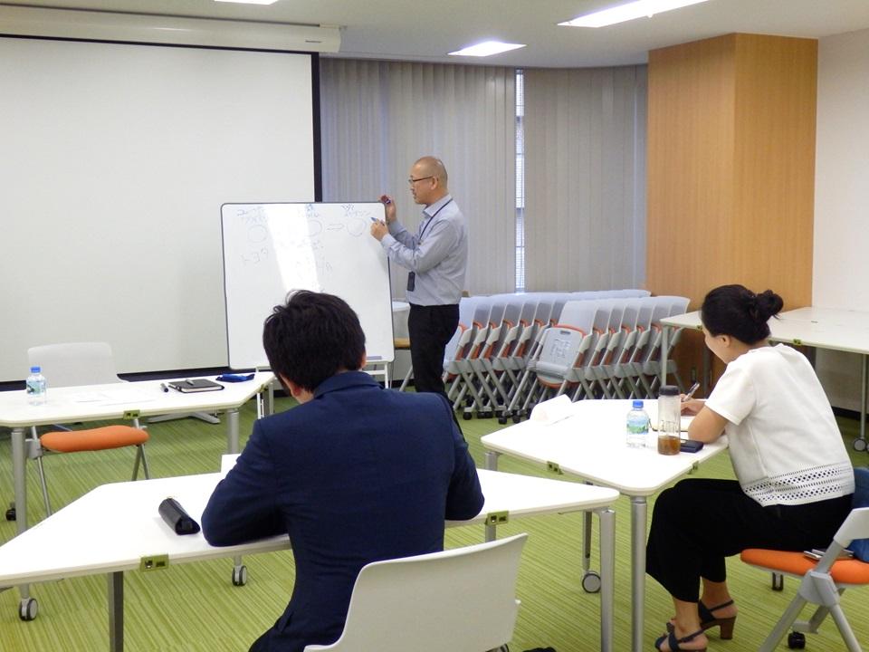 代表吉田が対話式の研修を進めています。