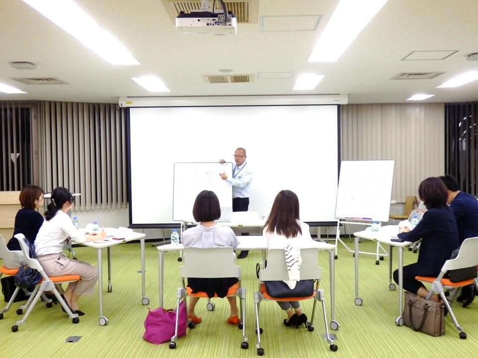 代表吉田が一人ひとりに話しかけながら研修を進めていきます。